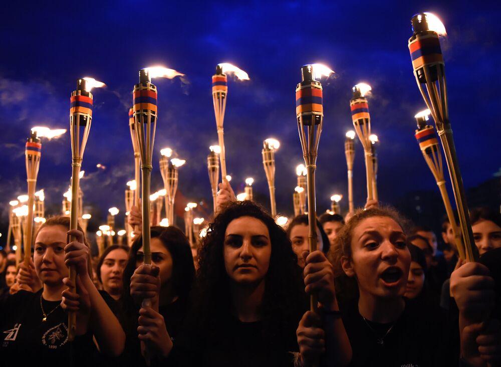 Desfile de tochas em Erevan em homenagem ao genocídio dos arménios