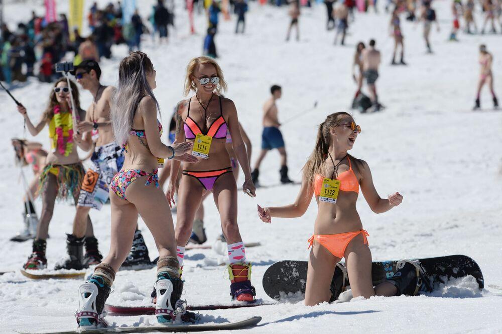 Participantes do festival Grelka Fest, no resort de esqui em Sheregesh, Rússia