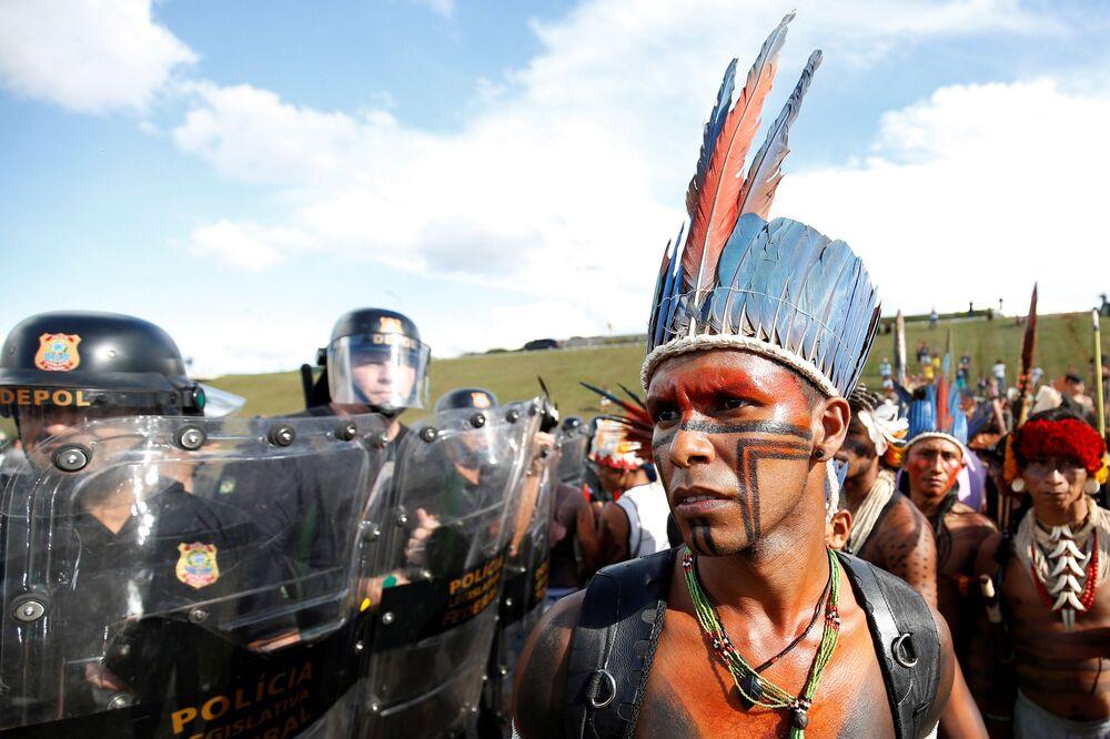 Índios brasileiros manifestam-se contra discriminação em Brasília