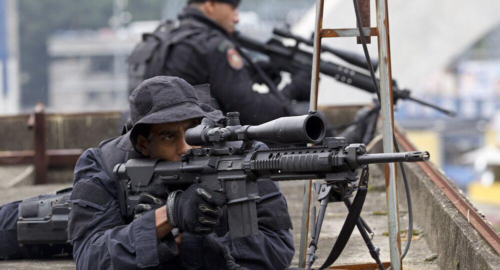 Policiais do Bope, unidade responsável por negociar a libertação do motorista tomado como refém