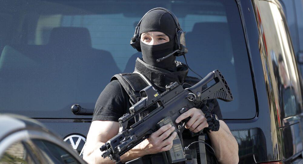 Um policial do RAID, unidade tática de elite da Polícia Nacional Francesa, durante operação (arquivo)