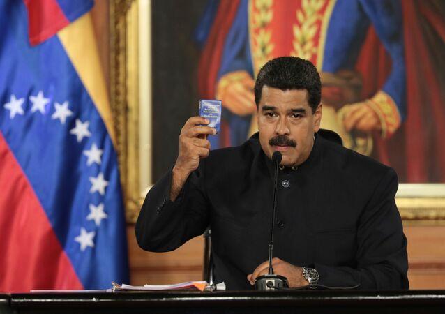Presidente da Venezuela, Nicolás Maduro, com uma cópia da Constituição