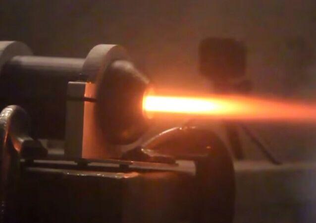 Cientistas do Instituto de Tecnologia de Massachusetts testam o primeiro motor de foguete de plástico impresso em 3D