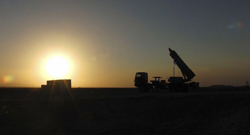 Foto publicada pelo Ministério da Defesa iraniano mostrando um sistema de defesa antiaérea com mísseis Sayyad-2 preparados para serem lançados em um local não revelado no Irã, 9 de novembro de 2013