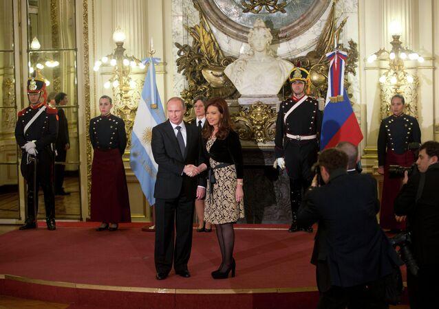 Presidentes de Rússia e Argentina, Vladimir Putin e Cristina Kirchner, durante encontro em Buenos Aires em 2014