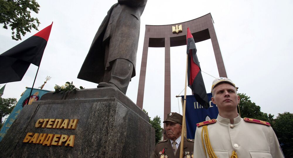 Veteranos do UPA e o monumento de Stepan Bandera em lvov na Ucrânia