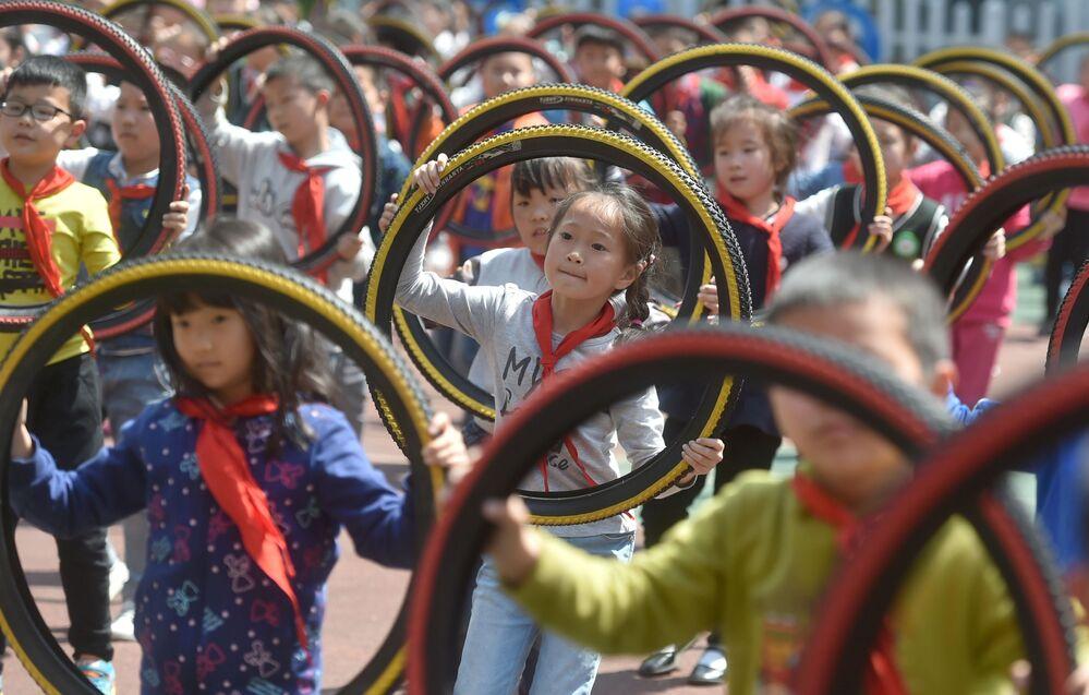 Crianças se exercitam com pneus em Nanjing, província de Jiangsu, China