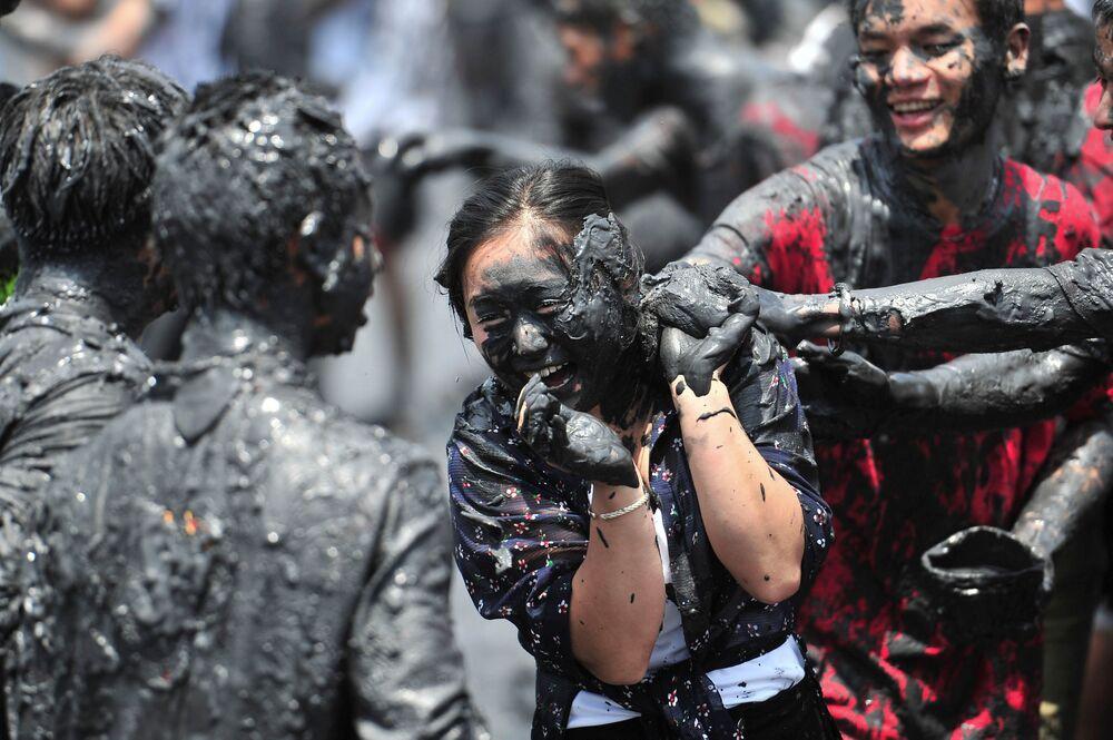 Assim os chineses comemoram o carnaval, com o tradicional festival Monihei. Cangyuan, província de Yunnan