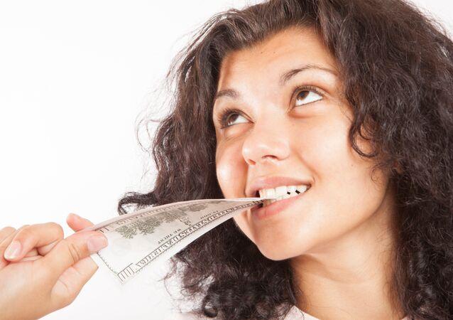 Menina verifica qualidade de nota de $ 100