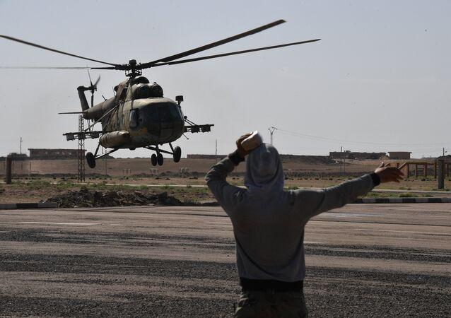 Um helicóptero Mi-8 no aeroporto de Deir ez-Zor em 2017