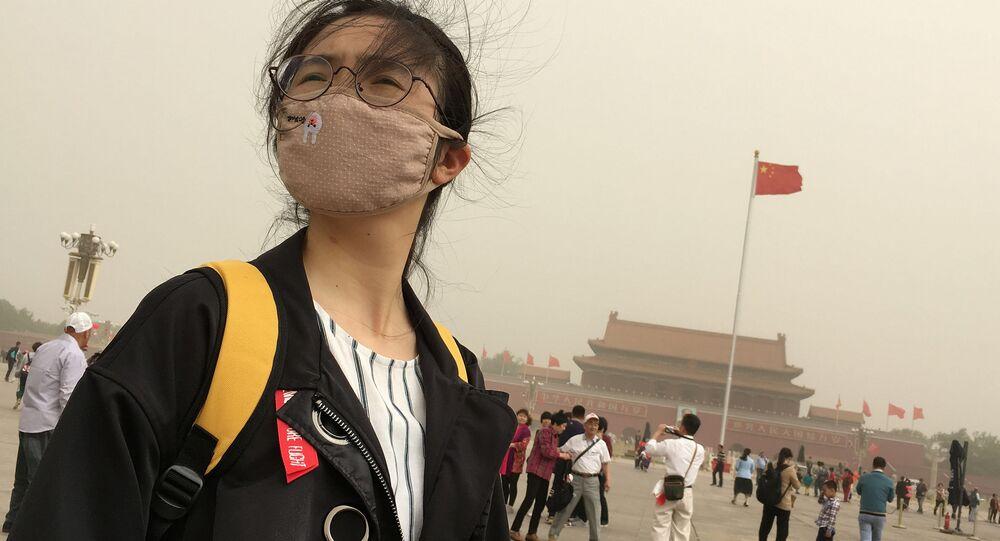 Menina chinesa com máscara para se proteger da poluição em Pequim, China (arquivo)