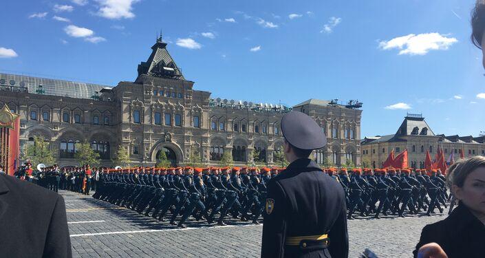 Militares desfilam na Praça Vermelha durante o ensaio geral da Parada da Vitória, em 7 de maio de 2017