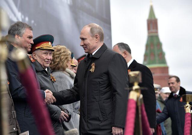 O presidente russo, Vladimir Putin, saúda o presidente da câmara baixa do Parlamento russo, Vyacheslav Volodin, durante a Parada da Vitória em 9 de maio de 2017 em Moscou