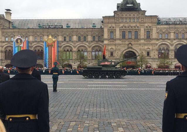 o lendário tanque T-34 durante Parada da Vitória em Moscou