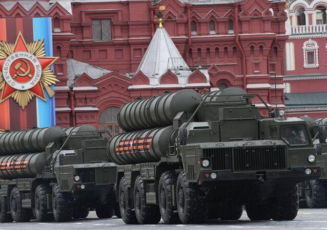 O complexo lançador de mísseis S-400 Triumph desfila pela Praça Vermelha durante a Parada da Vitória em 9 de maio de 2017