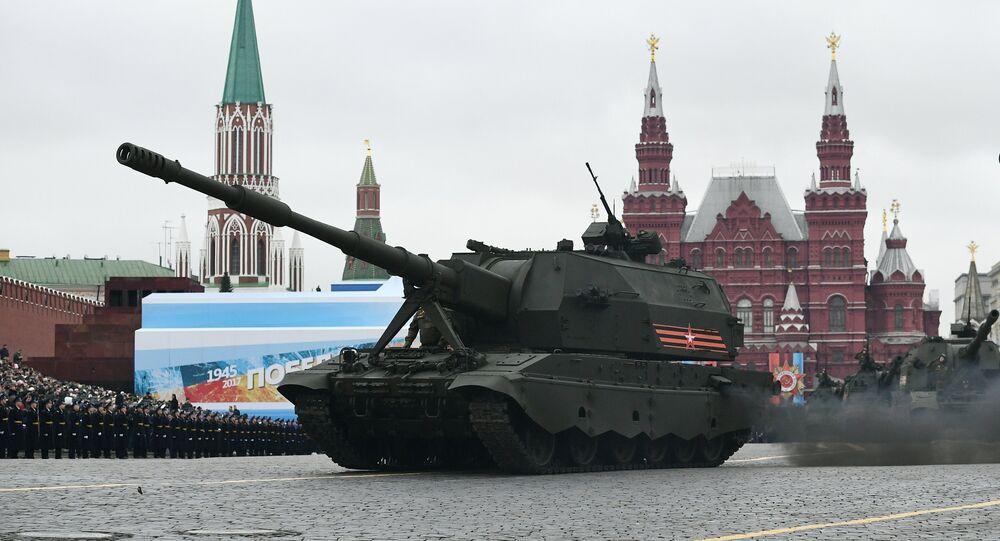 O veículo de artilharia autopropulsada Koalitsiya-SV desfila pela Praça Vermelha durante a Parada da Vitória de 9 de maio de 2017 em Moscou