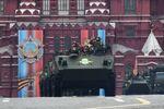 Um grupo de blindados de transporte de tropas Rakushka desfila pela Praça Vermelha de Moscou durante o desfile militar da Parada da Vitória em 9 de maio de 2017 em Moscou