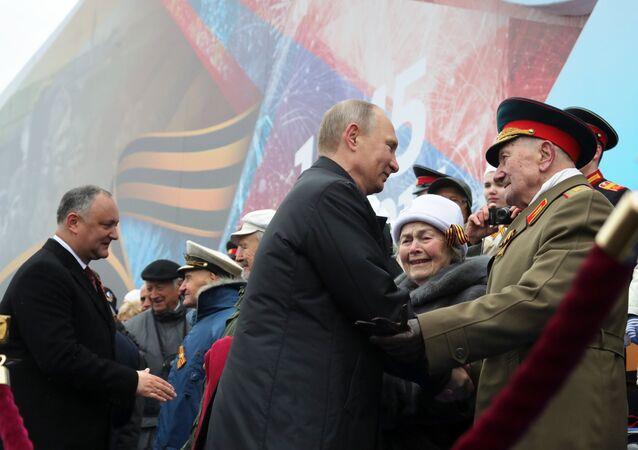 O Presidente da Rússia, Vladimir Putin, cumprimenta os veteranos durante a Parada Militar dedicada ao 72º aniversário da Vitória na Grande Guerra pela Pátria na Praça Vermelha, 9 de maio de 2017