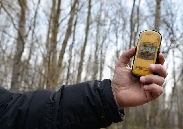 Nível de radiação medido com um dosímetro na zona de exclusão da usina nuclear de Chernobyl