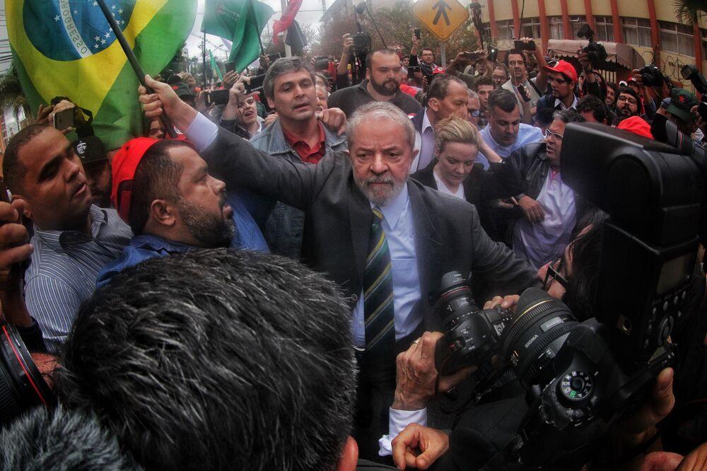 O ex-presidente Lula é recebido por movimentos sociais ao chegar no prédio da Justiça Federal em Curitiba