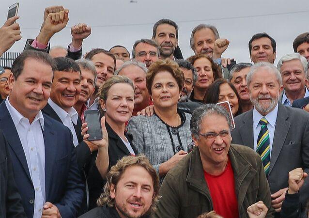 Ex-presidente Lula é recebido por aliados, incluindo a ex-presidenta Dilma Rousseff, em Curitiba (arquivo)