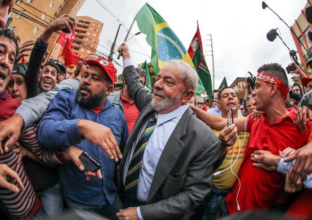 Manifestantes se agitam em torno do ex-presidente Lula em Curitiba