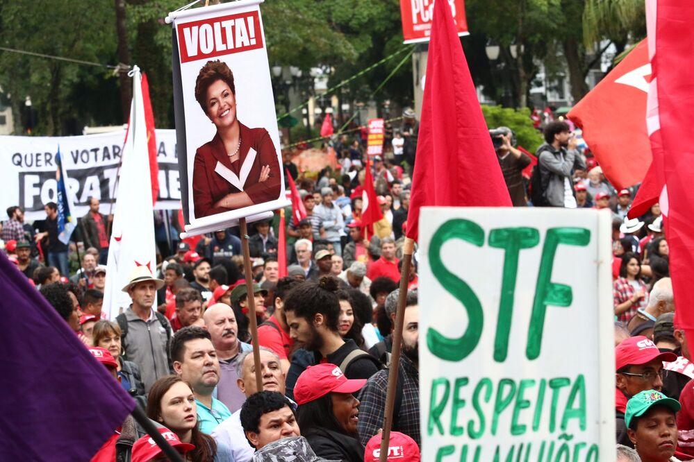 Manifestantes exibem a foto da ex-presidenta Dilma Rousseff