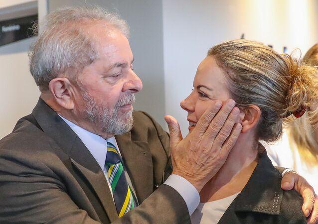 Ex-presidente Lula com a senadora curitibana Gleisi Hoffmann, do PT