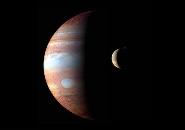 Sonda New Horizons fotografa Júpiter e sua lua vulcânica Io