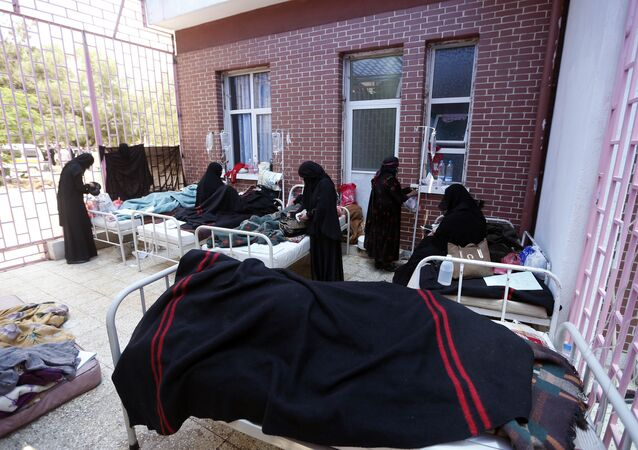 Iemenitas, suspeitos de estarem infectados com cólera, recebem tratamento em hospital no Sanaa, 6 de maio de 2017