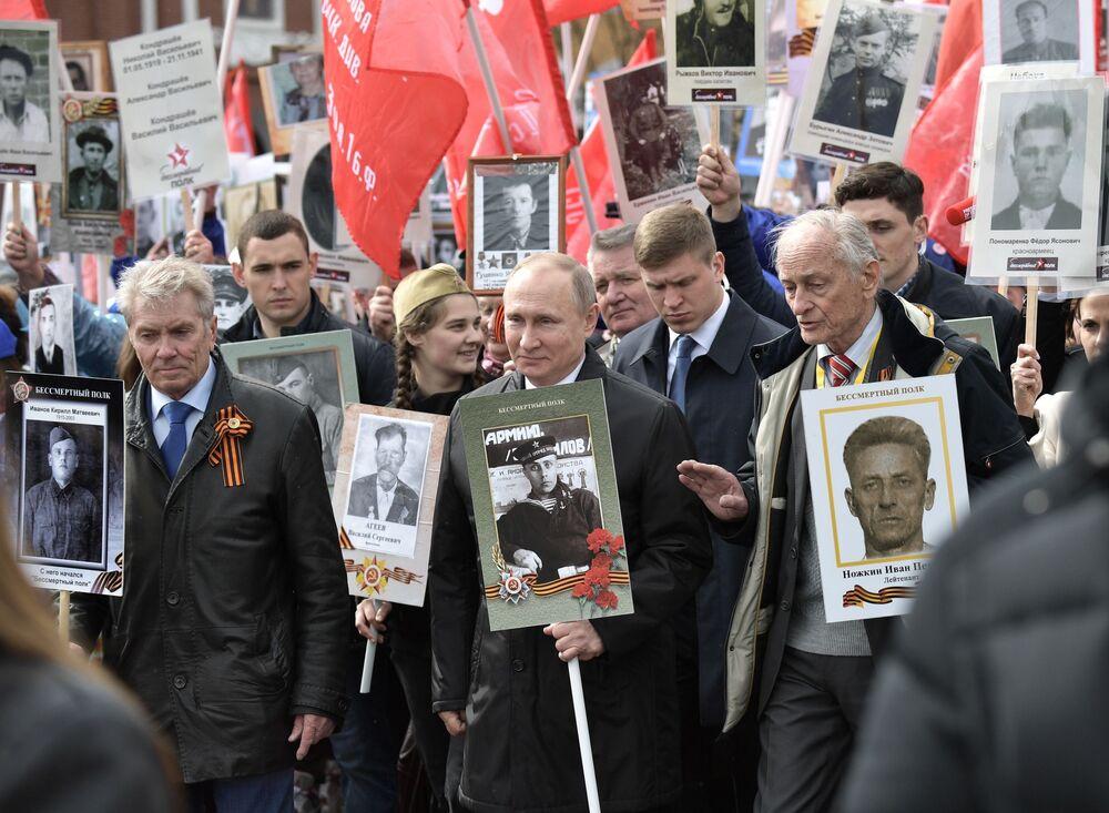 Presidente russo, Vladimir Putin, participa da ação Regimento Imortal no Dia da Vitória, celebrado em 9 de maio