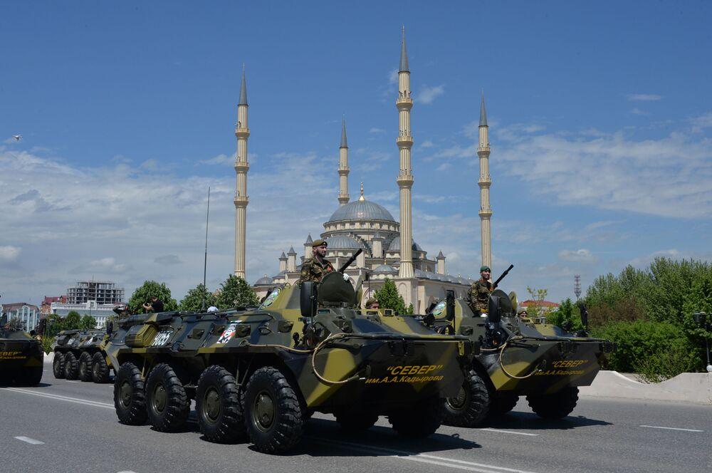 Veículos blindados BTR-82A participando do desfile militar por ocasião do Dia da Vitória