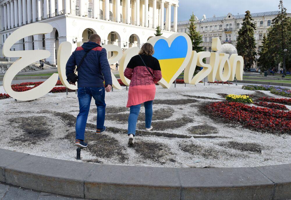 Canteiro de flores espezinhado com o símbolo da Eurovisão em Kiev