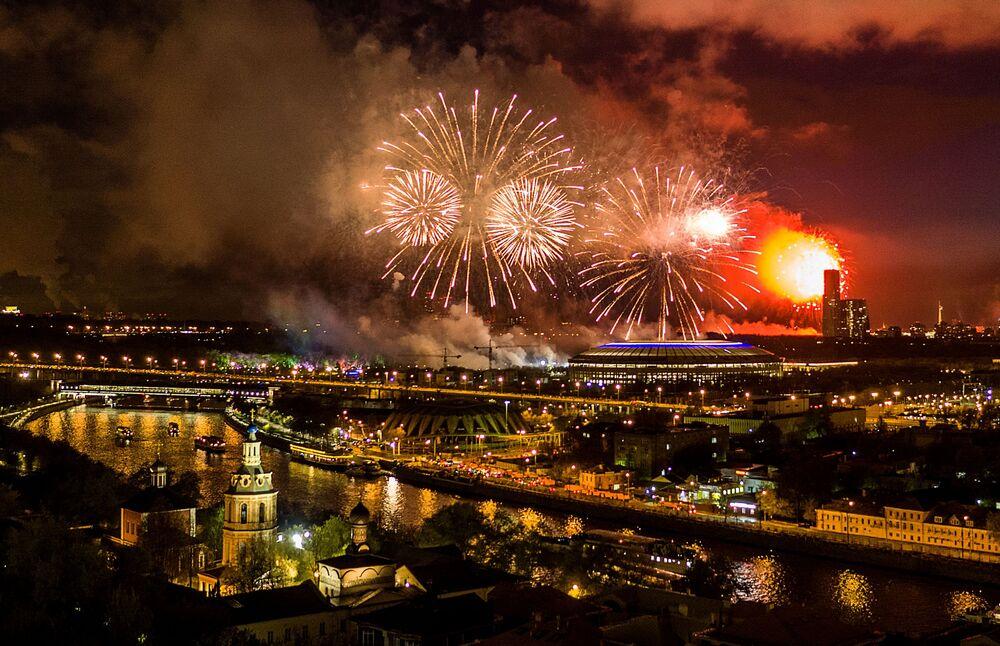 Fogos de artifício por ocasião do Dia da Vitória