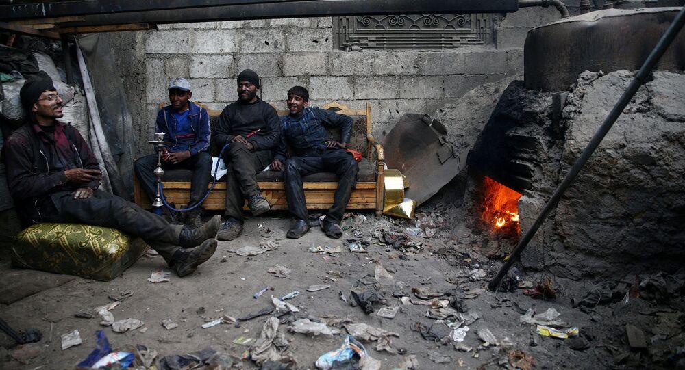 Trabalhadores na cidade de Douma cercada pelos rebeldes, Síria