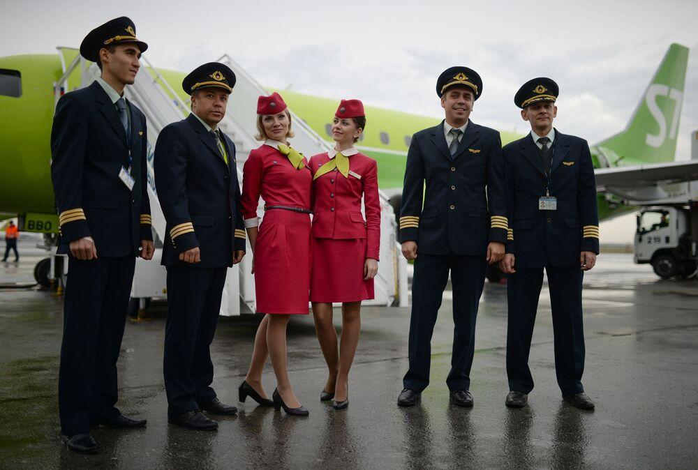 Tripulação do novo Embraer E170LR regional da companhia russa S7 Airlines na cidade de Novosibirsk
