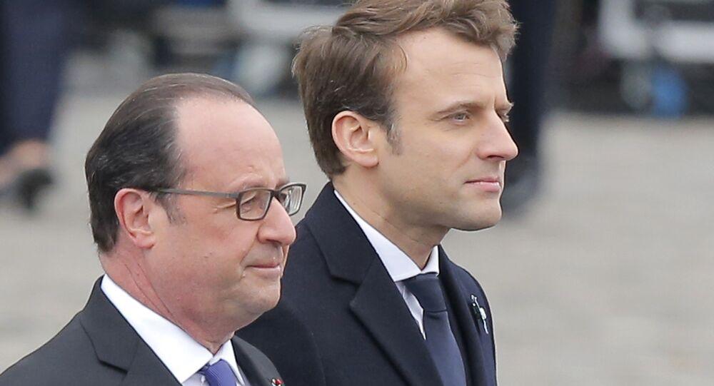 O presidente da França, Francois Holland, e o presidente eleito, Emmanuel Macron, participam de uma cerimônia para marcar o fim da Segunda Guerra Mundial em Paris, França, 8 de maio de 2017.