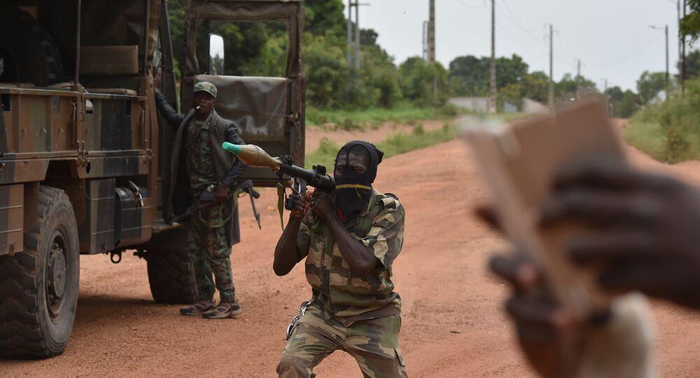 Militar rebelde com lançador de foguetes nas mãos na cidade de Bouaké na Costa do Marfim, 15 de maio de 2017