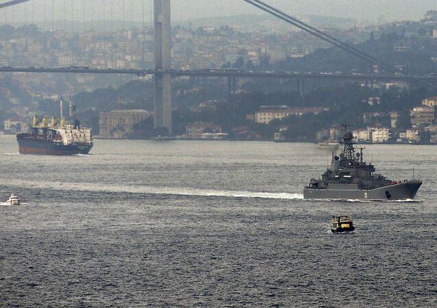 Um navio militar da Federação da Rússia atravessa o estreito de Bósforo, em Istambul, em 6 de outubro de 2015