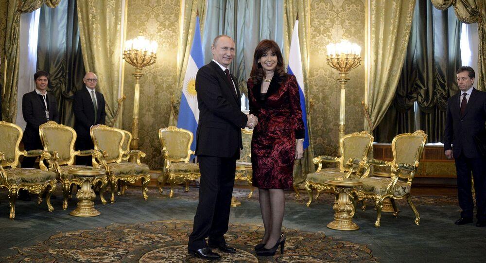 O Presidente da Rússia Vladimir Putin e Presidente da Argentina Cristina Kirchner apertam as mãos durante reunião em Moscou, 23 de abrill, 2015