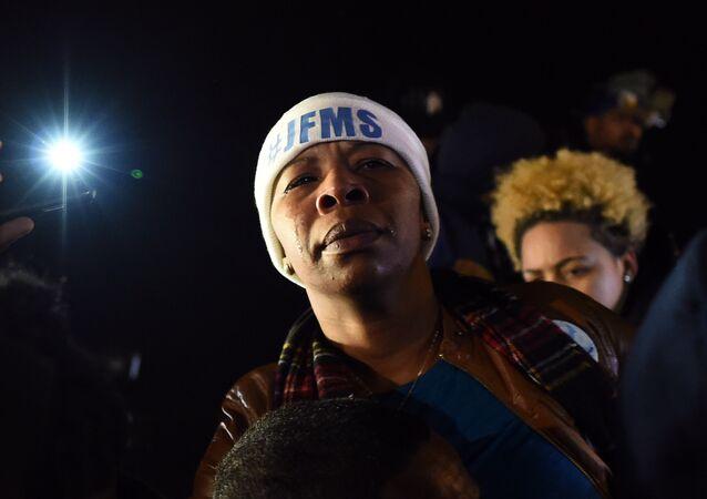 Mãe de Michael Brown Leslie McSpadden chora em Ferguson, Missouri
