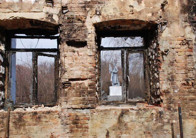 Prédio destruído por bombardeio na região de Donetsk (leste da Ucrânia)