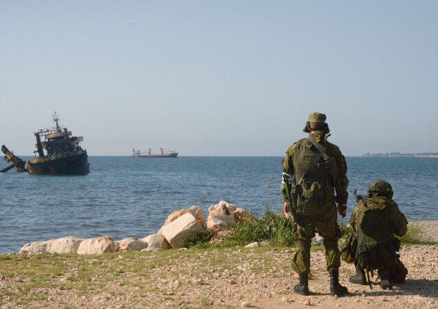Marinheiros russos e sírios efetuam manobras conjuntas no porto de Tartus