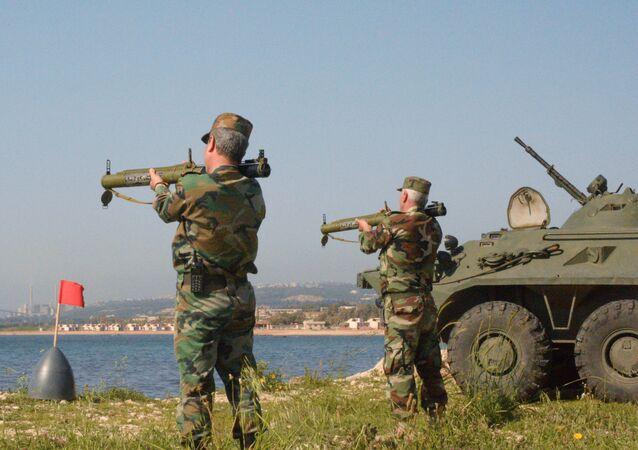 Os marinhos russos e sírios participam dos exercícios militares conjuntos no porto sírio de Tartus.