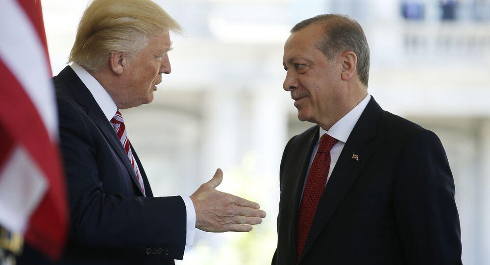 O presidente dos EUA, Donald Trump, conversa com o presidente da Turquia, Recep Tayyip Erdogan, na Casa Branca, em Washington, EUA, em 16 de maio de 2017