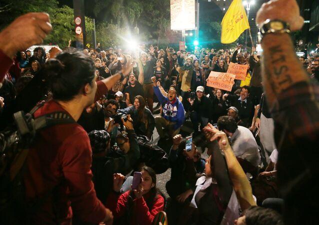 Protestos começaram na quarta-feira à noite em várias cidades, como São Paulo