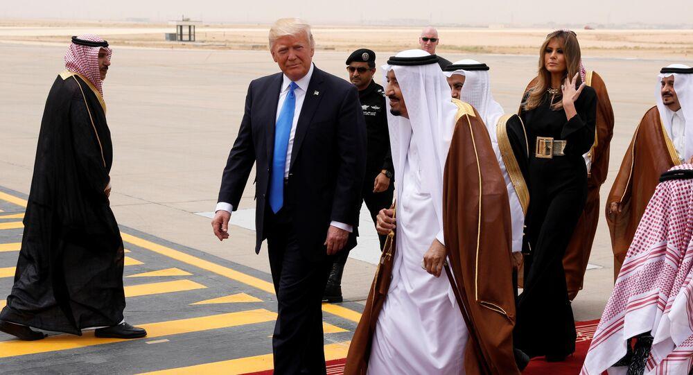 Rei da Arábia Saudita Salman bin Abdulaziz Al Saud sauda o presidente norte-americano Donald Trump and a primeira dama Melania Trump quando eles chegam ao Aeroporto Internacional Rei Khalid em Riad, Arábia Saudita, maio 20, 2017