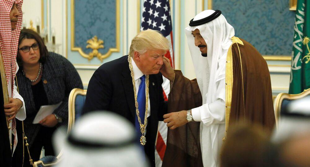Presidente dos EUA, Donald Trump, é recebido pelo rei da Arábia Saudita, Salman bin Abdulaziz Al Saud, em Riad, na Arábia Saudita