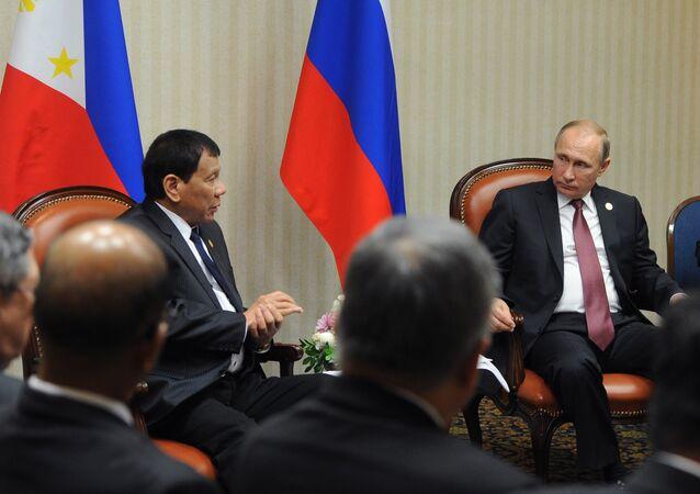 O presidente da Rússia, Vladimir Putin, durante uma reunião com o presidente das Filipinas, Rodrigo Duterte, à margem da cúpula da APEC em Lima.