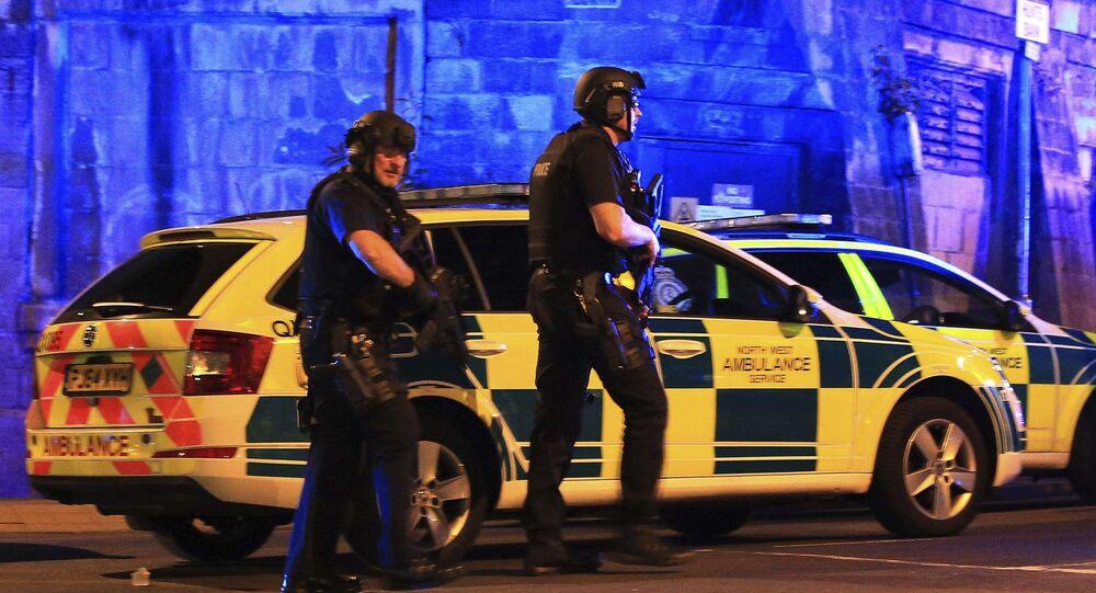 Polícia armada perto da Manchester Arena após a explosão no fim do concerto de Ariana Grande, em Manchester, Grã-Bretanha, 22 de maio de 2017